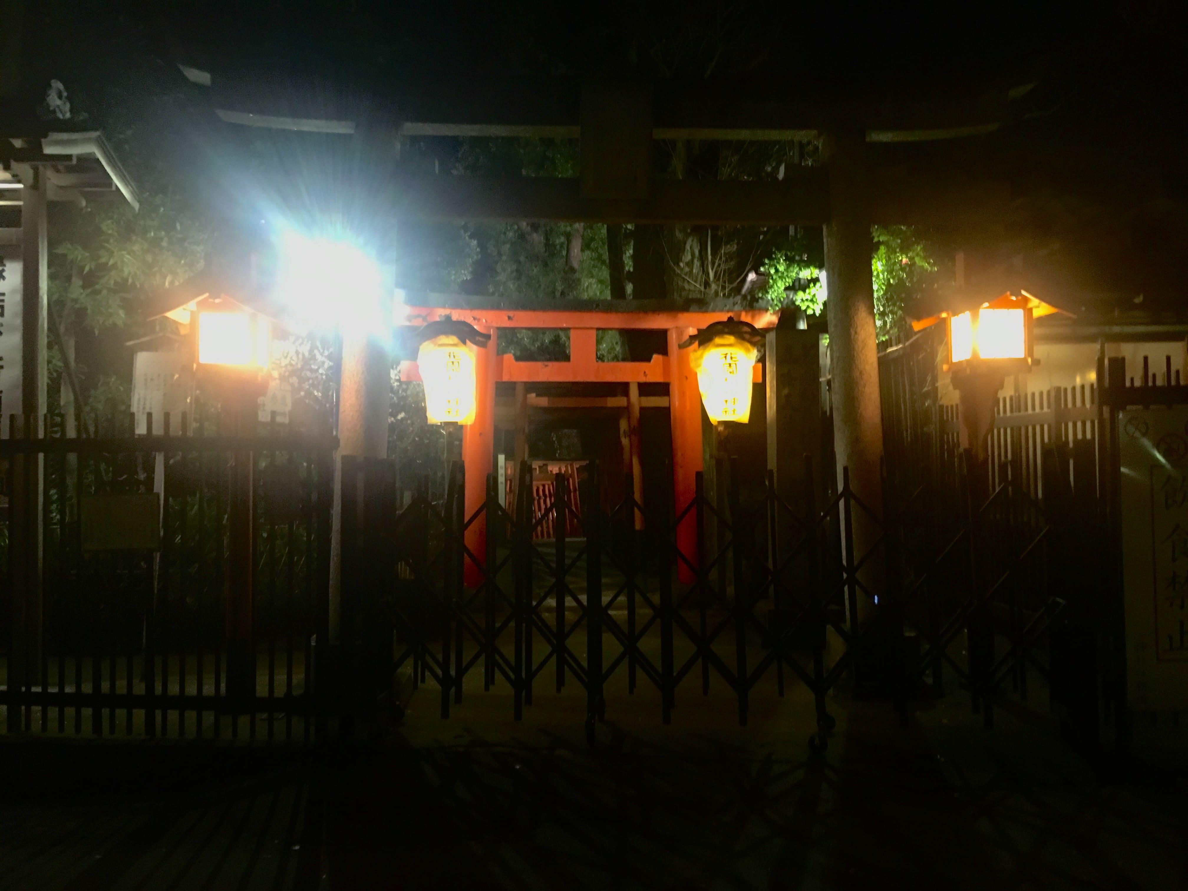 夜間の花園神社